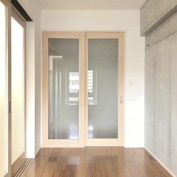 引き戸を閉めても圧迫感はなし。コンクリの壁がかっこいいなぁ(※写真は5階の同間取り別部屋、清掃前のものです)