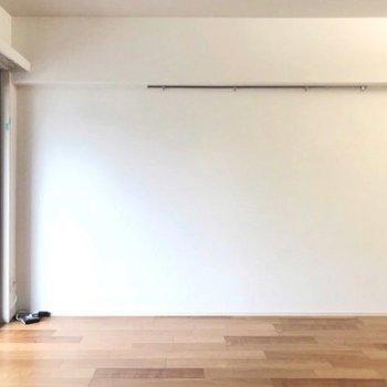 壁のフックには雑貨を飾ったり◎(※写真は5階の同間取り別部屋、清掃前のものです)