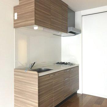 キッチンも家具みたいな色合い(※写真は5階の同間取り別部屋、清掃前のものです)