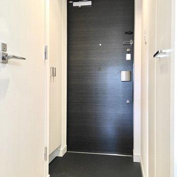 玄関はシンプルに。※写真は4階同間取り・別部屋のものです。