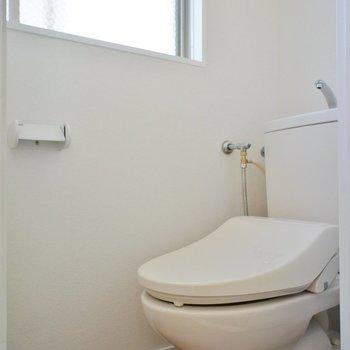 トイレは窓付き!
