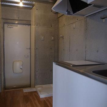 キッチン方面の1枚。※写真は別部屋です。