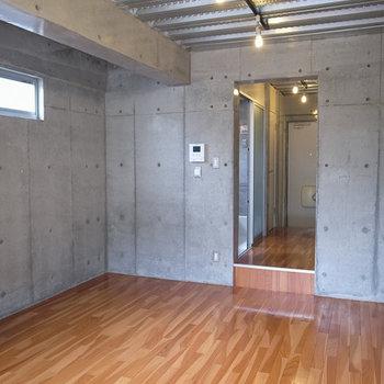 居室と廊下の間にちょっと段差があります。※写真は別部屋です。