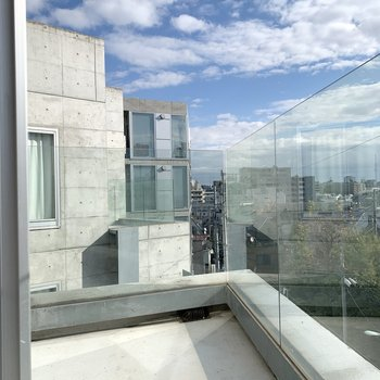 美術館のようなガラス張りのバルコニー