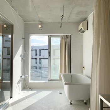 浴室もゆったりと。バルコニーまで繋がっています。
