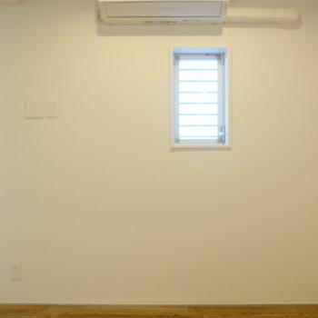 寝室には小さな窓