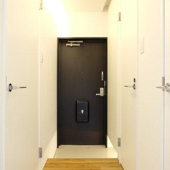 玄関の扉はいい感じにレトロさが◎