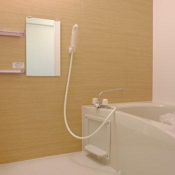 クロス貼りのバスルーム