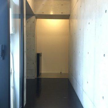 廊下と玄関部分 廊下の窓のお陰で暗くなりません