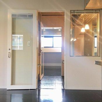 スケルトンバスルームがそこに、、!!バスルームの奥に寝室があります