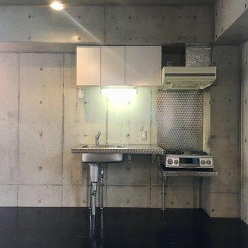 このなんとも言えないキッチンの愛らしさ、分かります?横に冷蔵庫たちを置きましょう!