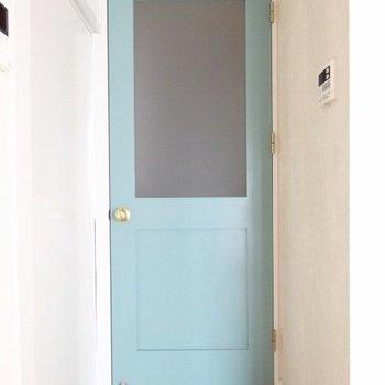 廊下へのブルーの扉はヨーロピアンな雰囲気に◎