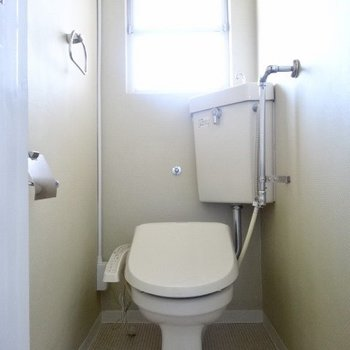トイレはウォシュレット完備です!窓で換気もできる。