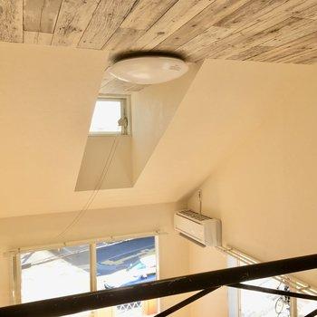天井高め、そして天窓付き!(※写真は清掃前のものです)
