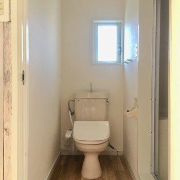 トイレは独立。しかもウォシュレット付き!トイレの横は?(※写真は清掃前のものです)