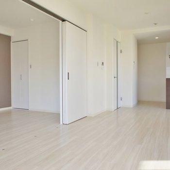 広いリビングと洋室を合わせると更に広く感じます