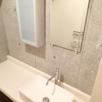 洗面台。小さめですが収納もあって良い感じ。