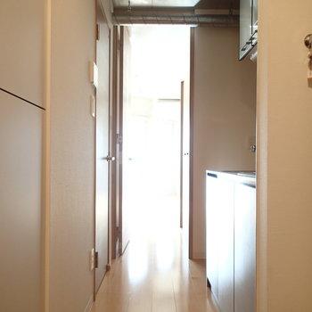 玄関からお部屋方向はこんな感じ。