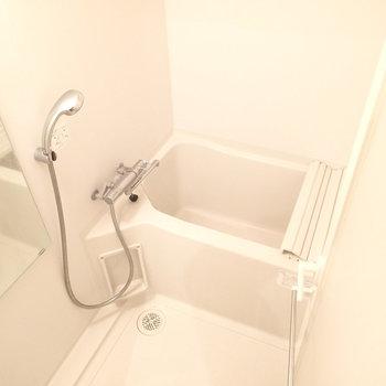 浴槽は狭そう。浴室乾燥機がついています。