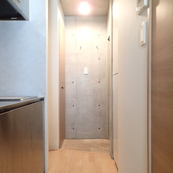 こちらはお部屋から玄関方向。左のくぼみは洗濯機置場です。