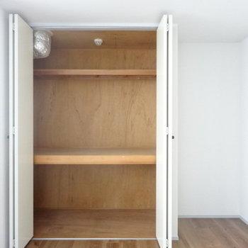 収納は押し入れ式でたっぷり。※写真は3階の同間取り別部屋のものです。