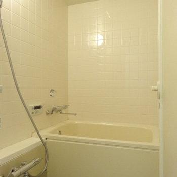 バスルームはご覧の通りコンパクト。※写真は3階の同間取り別部屋のものです。