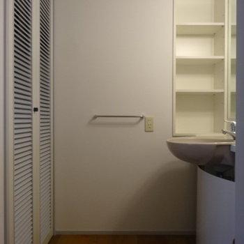 洗面台周りはこんな感じ。※写真は3階の同間取り別部屋のものです。