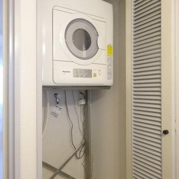 な、な、なんと、乾燥機付き!※写真は3階の同間取り別部屋のものです。