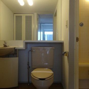 脱衣所正面にスリムなトイレ。※写真は3階の同間取り別部屋のものです。