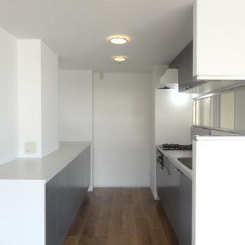 キッチン周りはこんな感じ。※写真は3階の同間取り別部屋のものです。
