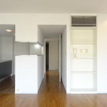 窓側から廊下方向へのアングル。※写真は3階の同間取り別部屋のものです。