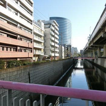 静かに流れる神田川。