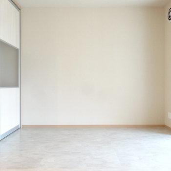 クローゼット側にベッドを置くのがいいかな(※写真は3階の同間取り別部屋のものです)