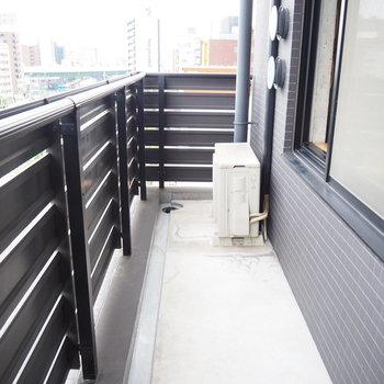 窓から降りてベランダへ※写真は7階同間取り・別部屋のものです