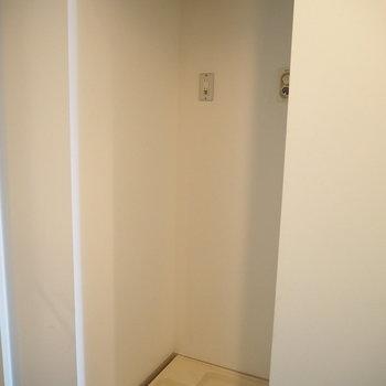 洗濯機置き場はトイレの向かいに※写真は7階同間取り・別部屋のものです