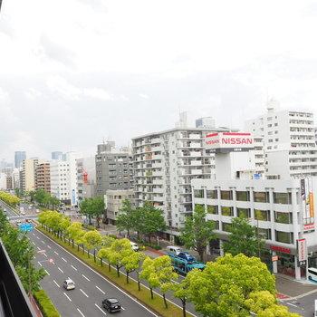 目の前には大通りが通っています※写真は7階同間取り・別部屋のものです