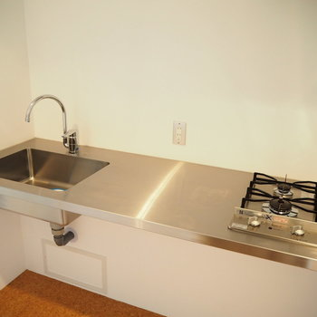 クールなステンレスのキッチン※写真は7階同間取り・別部屋のものです