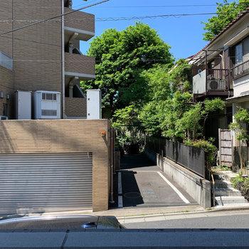 眺望は道路挟んで向かいの住宅です。