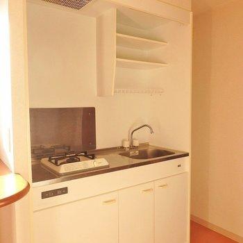 キッチンはコンパクトタイプ。