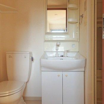 洗面台とトイレは同じ空間に。