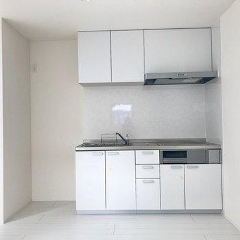 キッチンも白で統一!スタイリッシュや!(※写真は1階反転間取り別部屋のものです)