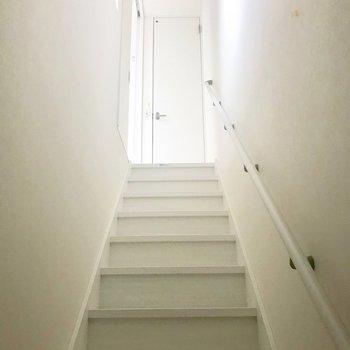 明るい光が階段上から。。。思わず登りたくなっちゃいます!(※写真は1階反転間取り別部屋のものです)