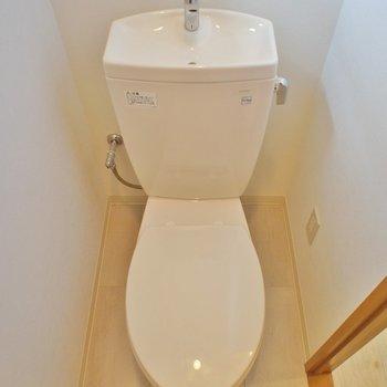 トイレには小窓が付いています