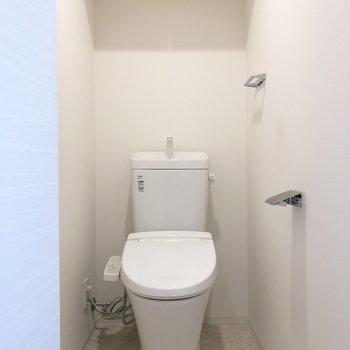 収納棚も備え付きのトイレ。※写真は前回募集時のものです