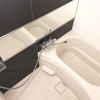 ワイドな鏡付きの浴室。※写真は前回募集時のものです