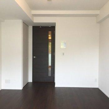 ダークブラウンを基調としたシックなお部屋です。※写真は4階の同間取り別部屋のものです