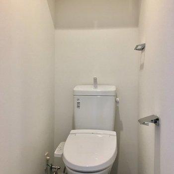 収納もあるウォシュレットトイレ。※写真は4階の同間取り別部屋のものです