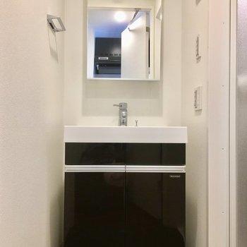 洗面台もシックに※写真は4階の同間取り別部屋のものです