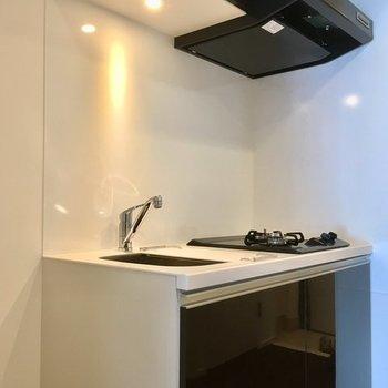 ピカピカのシックなキッチン※写真は4階の同間取り別部屋のものです