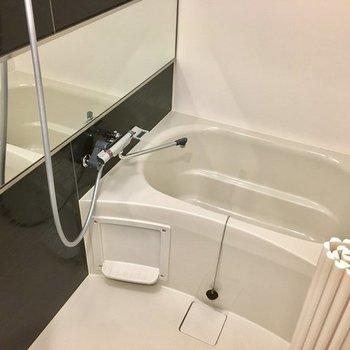 お風呂コンパクトですが、ダークブラウンの壁と一面鏡、高級感!※写真は4階の同間取り別部屋のものです